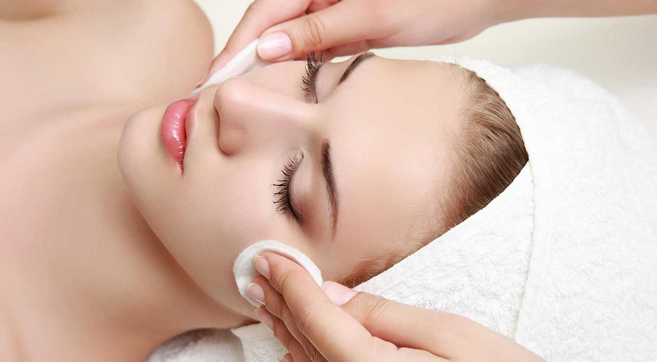 Benefícios da Limpeza de Pele. Reunimos 10 motivos para você adotar uma frequência na limpeza de pele